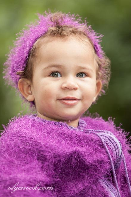 Kleurenportret van een klein lachend meisje