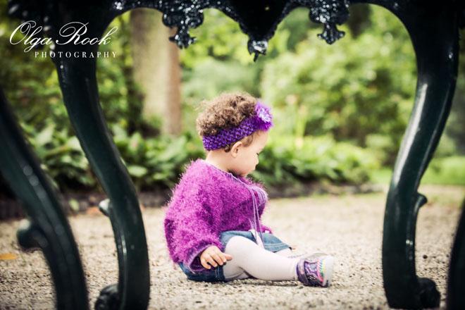 Kleurenfoto van een klein meisje spelend in een park