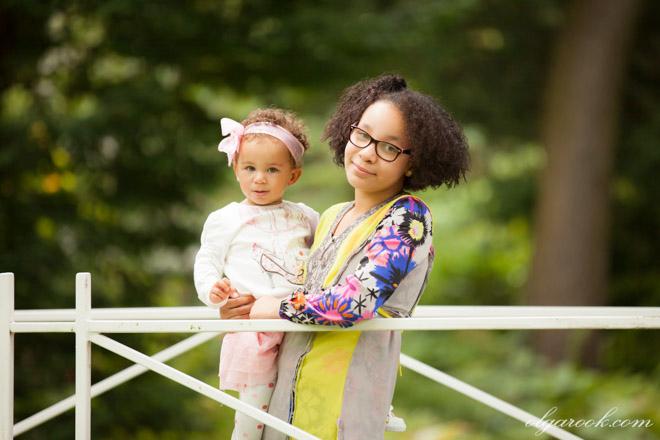 Kleurenfoto van twee zusjes in een park