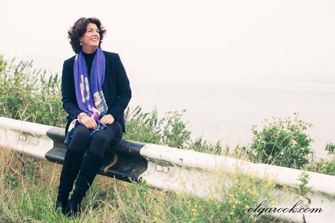 Portret van een elegante vrouw naast de Maas op een mistige dag.