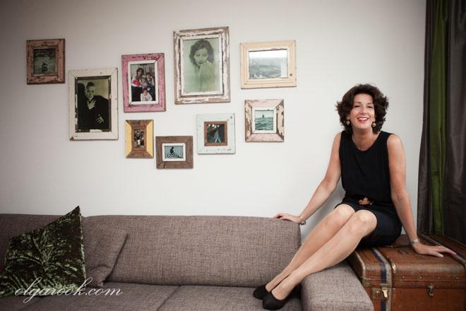 Kleurenportret van een stijlvolle dame in haar interieur.