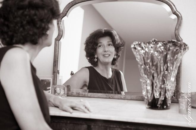 Sepia foto van een dame die voor de spiegel zit.