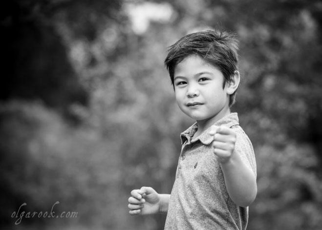 Foto van een jongetje in een vechtsport pose