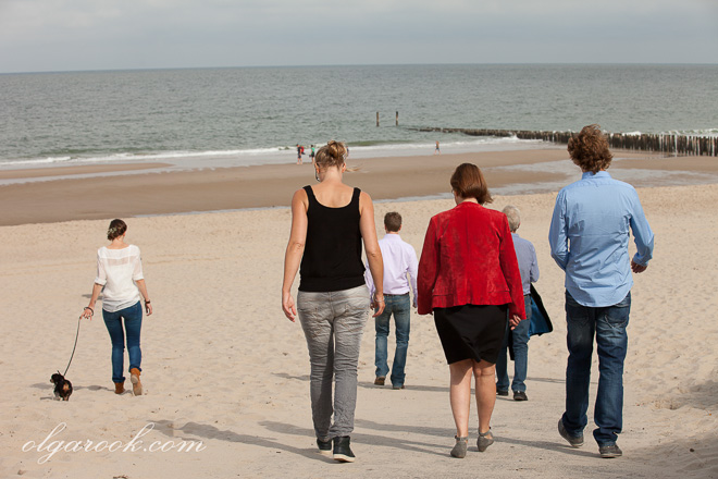 Foto van een familie bij de zee