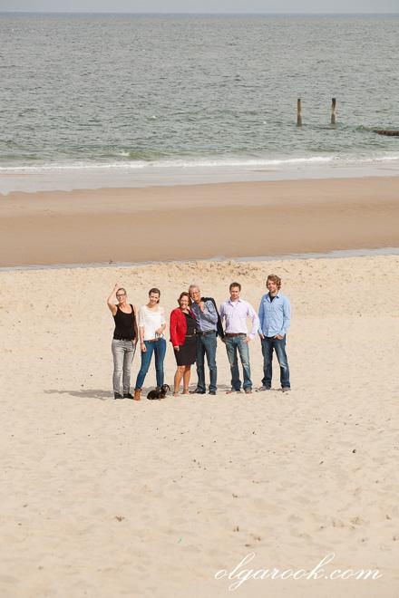 Ontspannen familieportret bij de zee