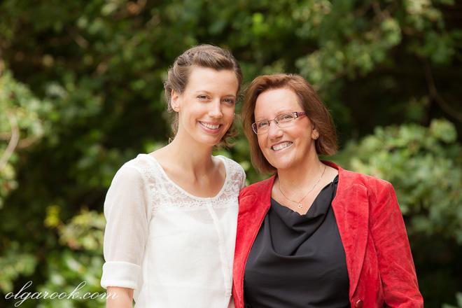 Portret van een moeder en haar volwassene dochter in een park
