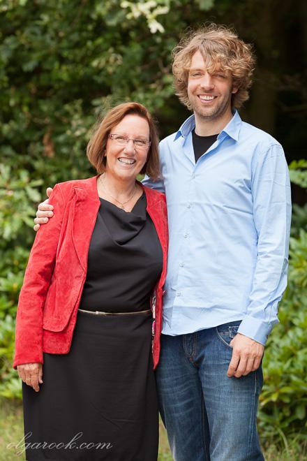 Vrolijke foto van een moeder en haar volwassene zoon samen