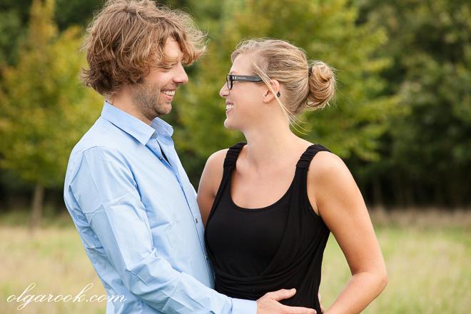 Foto van een lachend paar in een herfstpark.