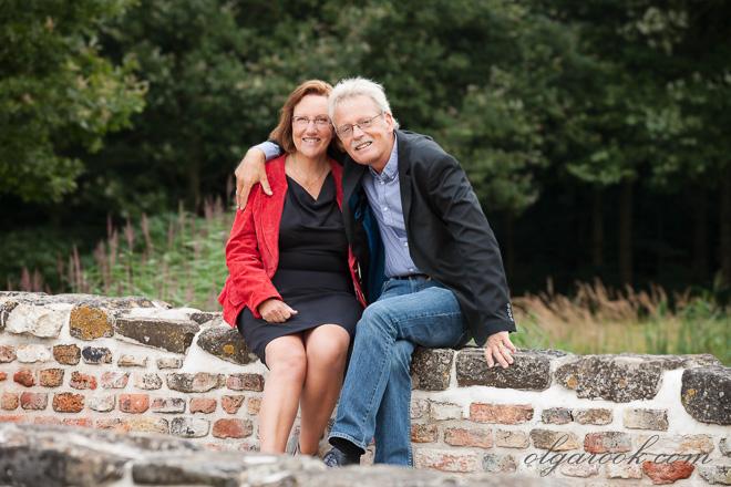Foto van een gelukkig oudere paar: de man omhelst zijn vrouw en ze lachen.