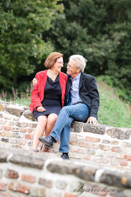 Foto van een oudere stel in een park: natuurlijk, vrolijk en vol liefde.