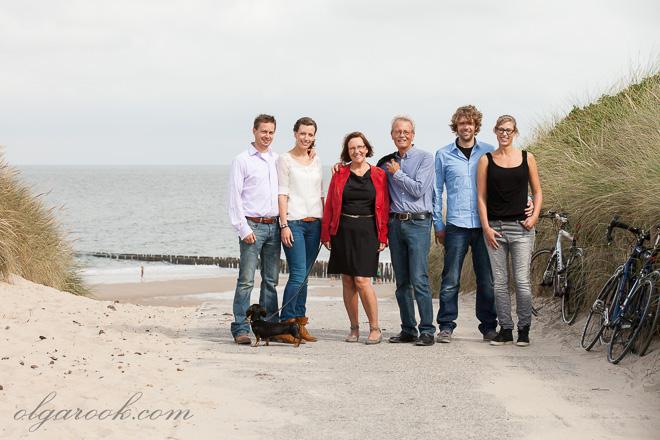 Vrolijke familieportret in de duinen van Zeeland