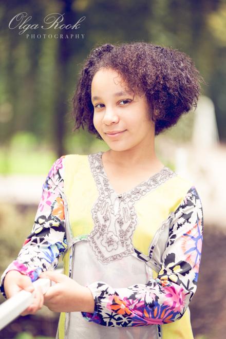Kinderfotografie: portret van een krullerig meisje.