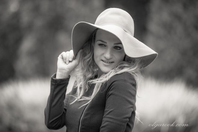 Zwart-witte foto van een blonde vrouw met een hoedje