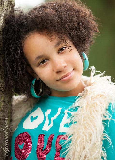 Portret van een krullerig meisje met grote oorbellen