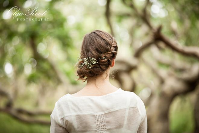 Dromerige foto van een mooi meisje in een mysterieuze bos.