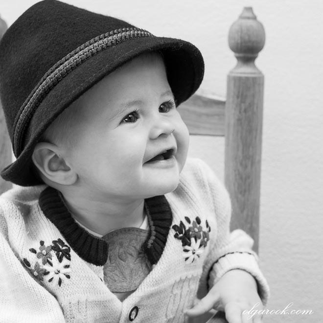 Portret van een klein lachend jongetje die Tiroolse kleding draagt