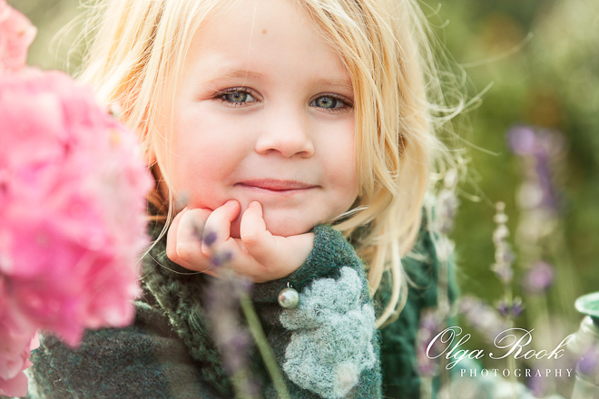 Dromerig portret van een meisje in de tuin: vrolijke maar zachte kleuren, nostalgische sfeer.