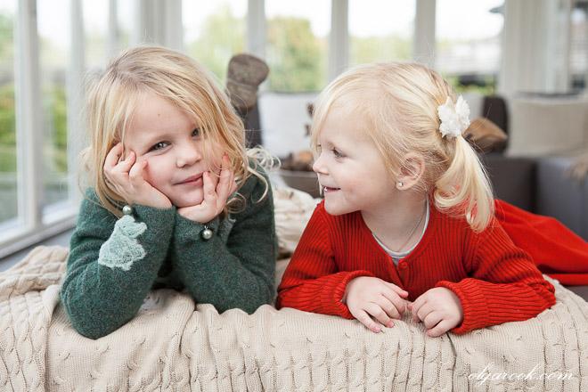 Portret van twee kleine zusjes