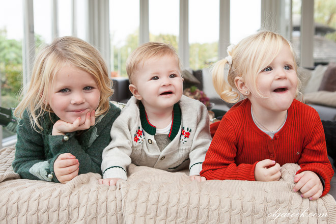Kleurenportret van drie kleine kinderen samen op een bankje