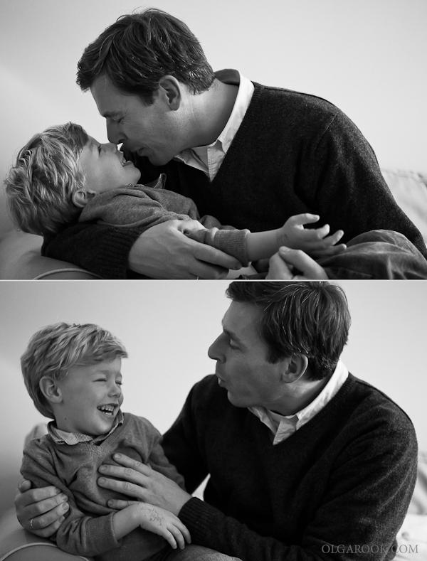 Foto's van spelende vader en zoontje laten veel liefde en emotie zien.