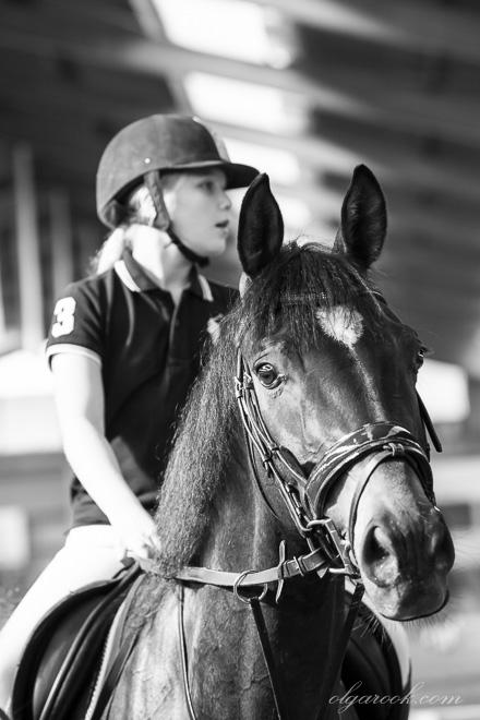 Foto van een klein meisje te paard