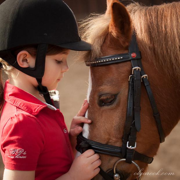 Portret van een klein meisje en haar pony bij de Prinsenstad manege