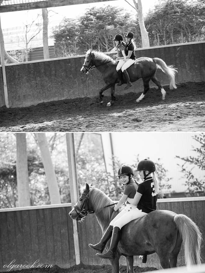 foto van kleine meisjes die een pony zonder zadel rijden