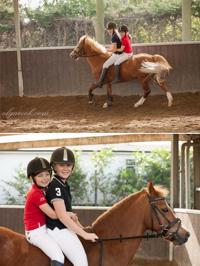 Foto's van twee kleine meisjes die samen op een pony rijden