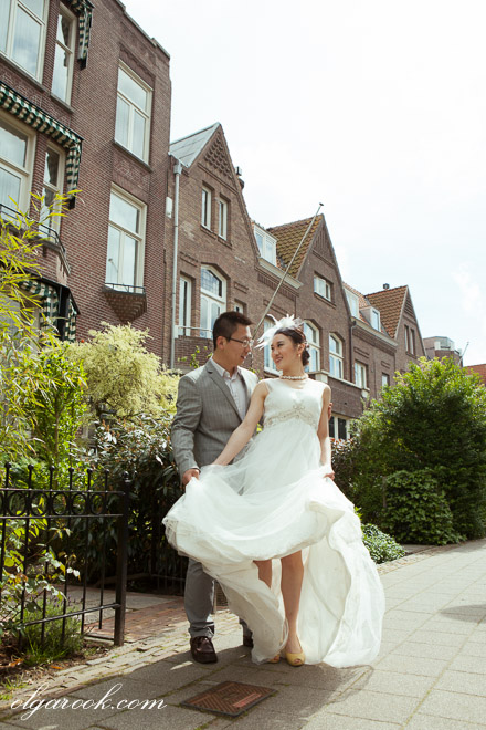 Photo of a romantic couple walking on a street in Rotterdam.