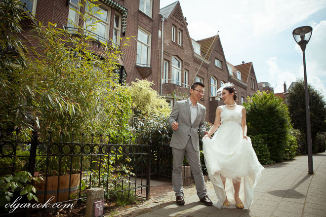 Color photo of a romantic couple dancing in an old street in Rotterdam.