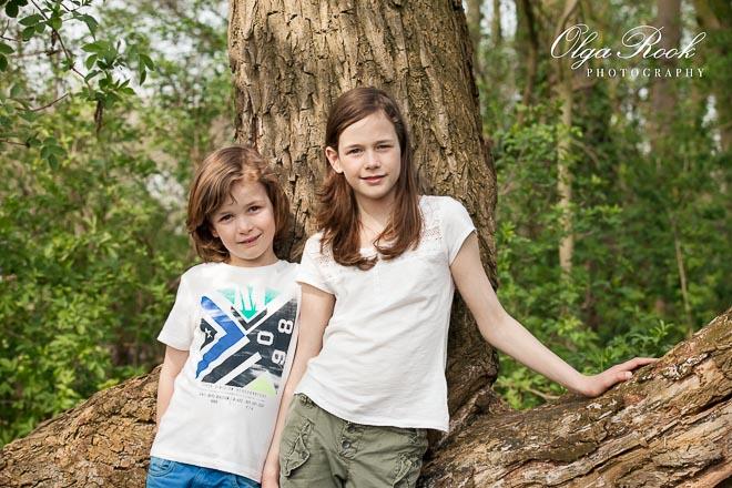 Portret van een broertje en een zusje in een bos