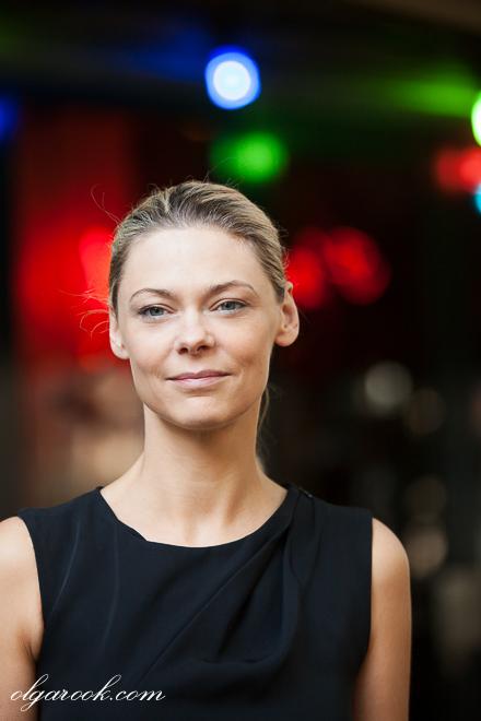 Portret van een elegante dame met kleurenlichten op achtergrond.