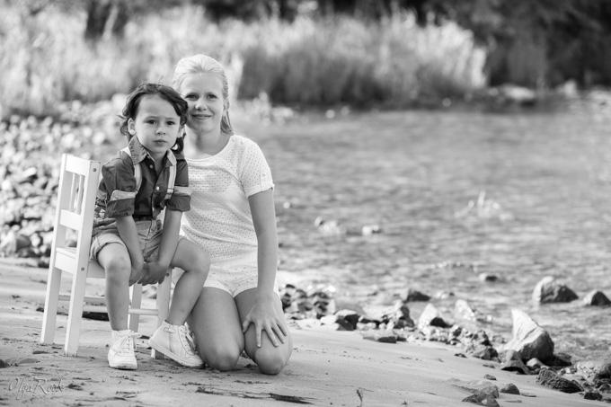 fotoshoot kinderen Arnhem: broer en zus bij de rivier