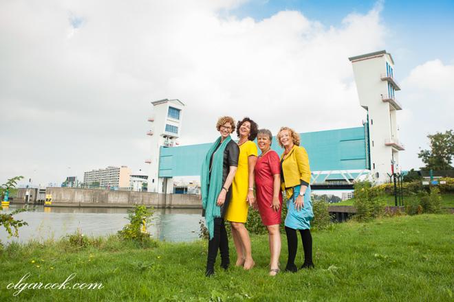 Groepsfoto van vier elegant geklede dames