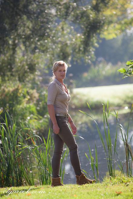 Foto van een dame die door een park loopt