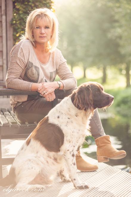 Portret van een vrouw en een hond in de tuin