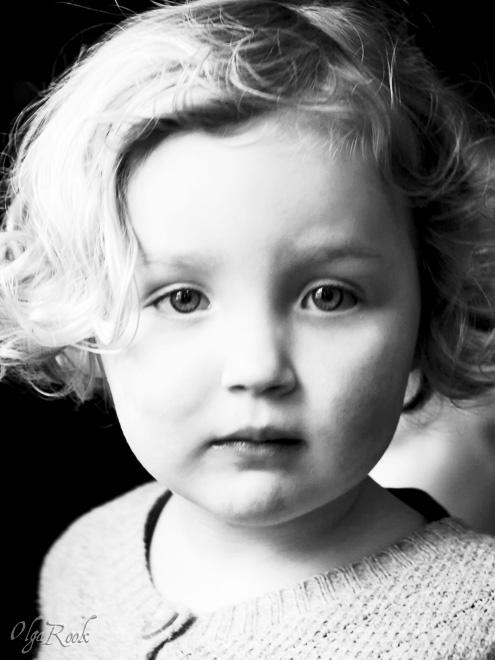 Fineart kinderportret: retro en nostalgisch zwart-wit portret van een meisje
