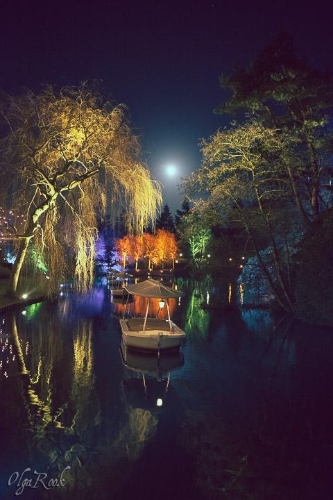 Lichtjes op de bootjes in De Efteling in het donker