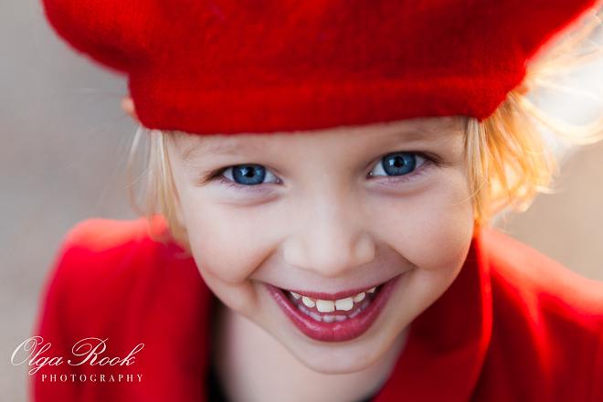 Portret van een klein lachend meisje met blauwe ogen