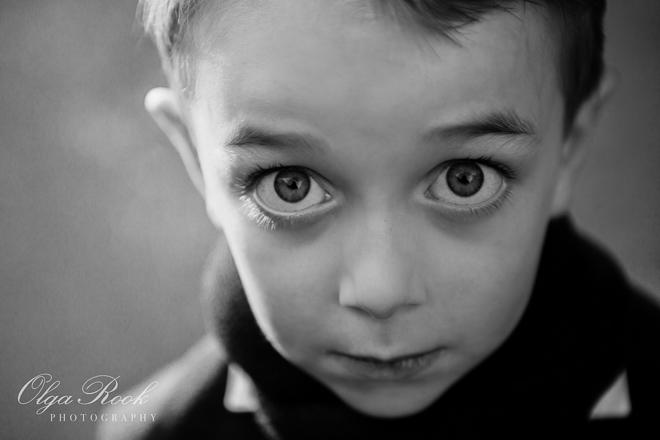 Creatief kinderportret: zwart-wit foto van een jongetje met merkwaardig grote ogen