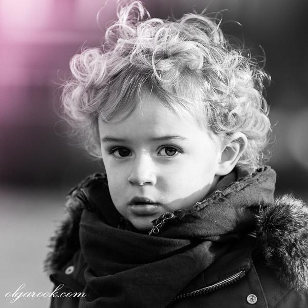 Portet van een knap blond jongetje met expressieve ogen