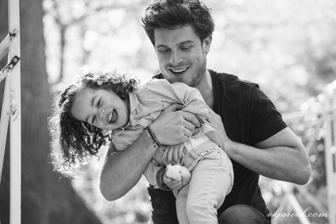 Spontaneous and joyful family photography: the father and his little daughter run, play and have fun together.