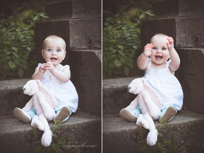 Dromerige portretten van een lief baby meisje met een knuffel konijn