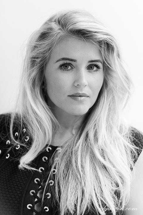 Zwart-wit portret van een mooie blonde vrouw