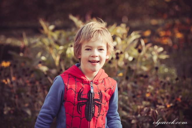 Foto van een klein lachend jongetje in een park