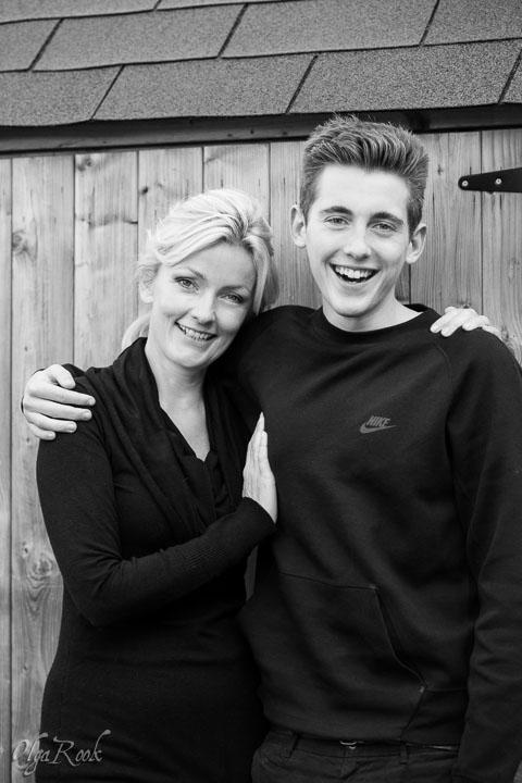 portret van een mooie vrouw met haar lachende tiener zoon