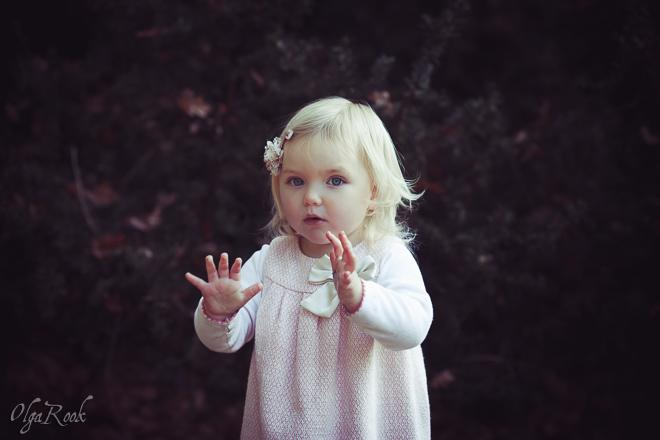 Wonderland: portret van een klein blond meisje in een park: de foto heeft een magisch sfeer