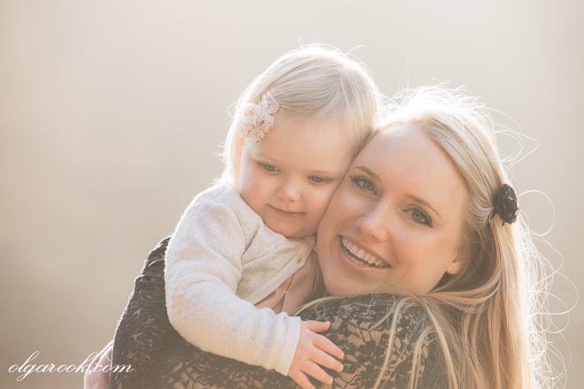 Portret van een moeder en haar klein dochtertje in warme tegenlicht tijdens de golden hour.
