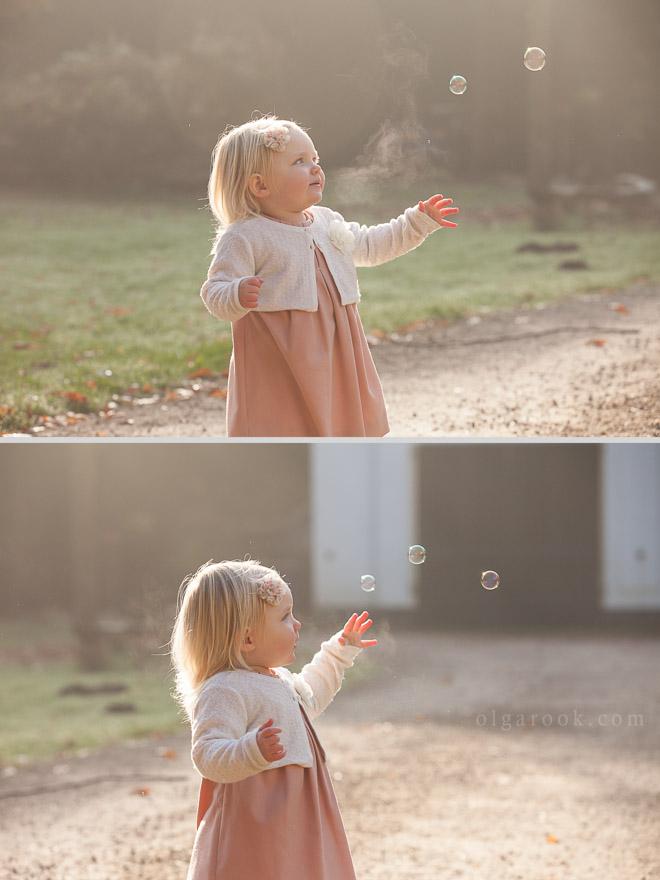 Ochtendsprookje. Foto's van een klein meisje die in fascinatie naar de zeepbellen kijkt: de portretten zijn tijdens de gouden uur gemaakt en hebben warme zachte licht en een sprookjesachtig sfeer