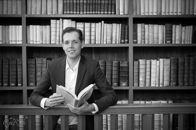 Zakelijk portret van een onderzoeker in een bibliotheek